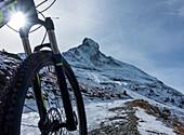 'Mountainbiken in den Penniner Alpen mit Blick auf das Matterhorn bei Zermatt; Wallis, Schweiz'