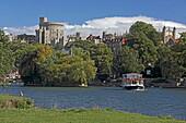 Blick von der Brocas meadow über die Themse auf Windsor und Windsor Castle, Berkshire, London