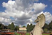 Museum Nr. One, und dekorative Pferde am Eingang des Palmenhaus, Royal Botanic Gardens, Kew, Richmond upon Thames, London, England