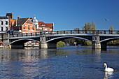 Windsor Bridge über die Themse, verbindet Windsor und Eton, Blick auf Eton, Berkshire, England