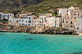 Weiße Gebäude in der Hafenstadt Levanzo, Ägadischen Inseln, Trapani, Sizilien, Italien, Europa