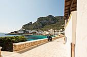 Promenaden Straße im Hafen von Levanzo mit den weißen Gebäude in der Hafenstadt, Ägadischen Inseln, Trapani, Sizilien, Italien, Europa