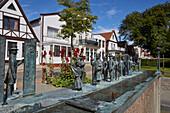 Brunnen-Skulptur des Rostocker Bildhauers Wolfgang Friedich zum Warnemünder Umgang, Warnemünde, Mecklenburg Vorpommern, Deutschland