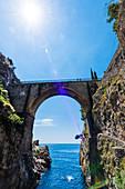 Die Brücke über die berühmte Sehenswürdigkeit den Fjord, Furore, Amalfiküste, Kampanien, Italien