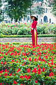 Vietnamese woman in traditional Ao dai dress and Non la conical hat, Hanoi, Vietnam, Indochina, Southeast Asia, Asia