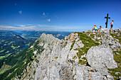 Drei Personen machen am Gipfel des Sonneck Pause, Sonneck, Kaisergebirge, Tirol, Österreich