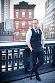 Geschäftsmann, stehend auf Balkon, in Gedanken nachdenklich