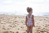 Kleines Mädchen starrt auf das Meer