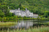 Kylemore Abbey auf dem Pollacapall Lough, Connemara Nationalpark, County Galway, Connacht, Irland, Europa