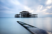 Langzeitbelichtung Bild von Brighton's verfallen West Pier, Brighton, East Sussex, England, Großbritannien, Europa