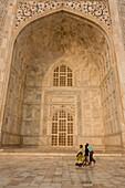 Agra, Uttar Pradesh, Indien, Besucher gehen um den Taj Mahal, Agra, Utter Pradesh, Indien