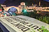 Alte Brücke (Stari Most) und ein Satz Vergessen Sie nicht, aber vergeben Sie, verweisen Sie auf den Krieg auf dem Balkan, Mostar, Bosnien und Herzegowina