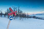Schild auf den verschneiten Skipisten, Bjorkliden, Abisko, Gemeinde Kiruna, Norrbottens län, Lappland, Schweden