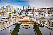 Ein sonniger Tag im Hafen von Granville Island, Vancouver, British Columbia.