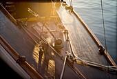 Festgemachtes altes Segelboot in den frühen Morgenstunden, Detail des Himmels. Hafen von Mahó, Menorca, Balearen, Spanien