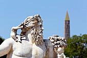 'Frankreich, Paris. 1. Arrondissement. Jardin des Tuileries. Skulptur ''Der Nil'' von Lorenzo Ottone. Der Luxor-Obelisk im Hintergrund.'