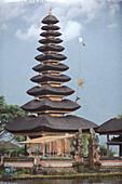 Indonesien, Bali, Bedugul, der Tempel von Ulun Danu liegt am Ufer des Bratansees. Der Tempel mit seinen Atap Meru (Schlafdächern) von 11 Dächern ist der Göttin der Gewässer gewidmet