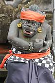 Indonesien, Bali, Bedugul, Statue im Tempel von Ulu Ulun Danu. Der Tempel von Ulu Ulun Danu liegt am Ufer des Bratansees. Der Tempel ist der Göttin der Gewässer gewidmet
