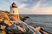 Schloss-Hügel-Leuchtturm badete im goldenen Licht in Newport, Rhode Island.