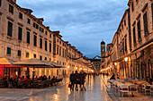 Cafés am Stradun ,Placa, Fußgängerpromenade, blaue Abendstunde, Altstadt, Dubrovnik, UNESCO Weltkulturerbe, Kroatien, Europa