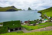 Dorf mit vielen Grasstop Dächern, Vagar, Färöer, Dänemark, Europa
