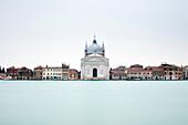 Langzeitbelichtung mit Blick auf den Canale Della Giudecca in Richtung Chiesa del Santissimo Redentore Giudecca, Venedig, UNESCO Weltkulturerbe, Veneto, Italien, Europa