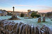 St. Barnabas Kirche und Cotswold Dorf in Frost, Snowshill, Cotswolds, Gloucestershire, England, Vereinigtes Königreich, Europa