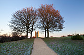 Broadway Tower umrahmt von Bäumen im Winter Frost bei Sonnenaufgang, Broadway, Cotswolds, Worcestershire, England, Vereinigtes Königreich, Europa