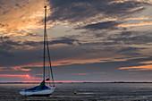 Sailboat in the Wattenmeer National Park at sunset, Jade Bay, German North Sea, Dangast, Varel, Landkreis Friesland, Lower Saxony, Germany