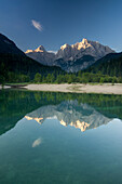 Bergsee Jasna mit Blick auf Razor und Prisojnik im Morgenlicht, Kranjska Gora, Gorenjska, Oberkrain, Nationalpark Triglav, Julische Alpen, Slowenien