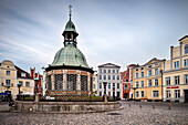 UNESCO World Heritage Hanseatic city of Wismar, Wasserkunst well in front of buildings on the market square, Wismar, Mecklenburg-West Pomerania, Germany