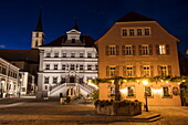 Gasthof Goldene Krone und Rathaus in der Abenddämmerung, Iphofen, Fränkisches Weinland, Franken, Bayern, Deutschland, Europa