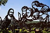 'Skulptur ''Wein & Bibel'' (nach dem letzten Abendmahl) am Terroir F-Standort am Kapellenberg, Frickenhausen, nahe Ochsenfurt, Fränkisches Weinland, Franken, Bayern, Deutschland, Europa'
