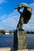 Blick auf Segelschiff Vandrarhem af Chapman und Skeppsholmen mit Skulptur im Vordergrund , Stockholm, Schweden