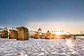 Kurshaus im Gegenlicht, Strandkörbe bei Sonnenuntergang, Binz, Rügen, Mecklenburg-Vorpommern, Deutschland