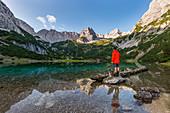 Wanderer mit Hund am malerische Seebensee im Mieminger Gebirge, Tirol, Österreich