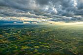 Luftaufnahme leuchtend grüner Wiesen in Franken, Bayern, Deutschland