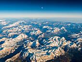 Luftaufnahme bei Sonnenuntergang mit Mond über den Dolomiten, Venetien, Italien