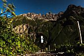 Muttlerkopf bei Nacht, Kemptner Hütte, Fernwanderweg, Berglandschaft, Gipfel, Wanderurlaub, Natur, Hüttentour, Sternenhimmel, Gipfel, Mondschein, Wanderwege, Oberallgäu, Alpen, Bayern, Oberstdorf, Deutschland