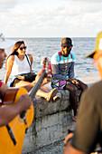 Straßenmusik, Musik, Straßenmusiker und Touristen am Malecon, Habana Vieja, Habana Centro, Altstadt, Zentrum, Familienreise nach Kuba, Havanna, Republik Kuba, karibische Insel, Karibik
