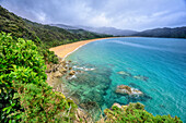 Meeresbucht mit Sandstrand am Abel Talsman Coastal Track, Abel Tasman Coastal Track, Great Walks, Abel Tasman Nationalpark, Tasman, Südinsel, Neuseeland