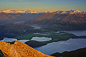 Lake Wanaka und Mount Aspiring im ersten Licht, Roys Peak, Harris Mountains, Mount Aspiring Nationalpark, UNESCO Welterbe Te Wahipounamu, Queenstown-Lake District, Otago, Südinsel, Neuseeland