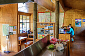 Several persons sitting in Routeburn Falls Hut, Routeburn Track, Great Walks, Fiordland National Park, UNESCO Welterbe Te Wahipounamu, Queenstown-Lake District, Otago, South island, New Zealand
