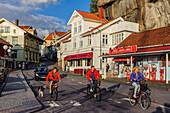 Radfahrer im Touristen- und Fischerdorf , Fjällbacka, Bohuslän, Schweden