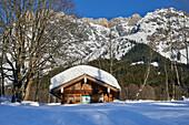 Verschneite Berghütte in Hinterthal, Gemeinde Maria Alm, Salzburg, Österreich