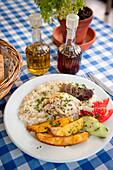 Huhn mit Reis, Abendessen, griechisches Essen in einem Restaurant, Abendessen, Plakias, Kreta, Griechenland, Europa