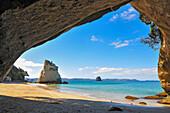Blick aus der Cathedral Cove auf die Mercury Bay auf der Coromandel, Nordinsel, Neuseeland