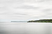 Küstenlandschaft bei  Carrick-a-Rede Hängeseil BRücke, Nordirland, Vereinigtes Königreich Großbritannien, UK, Europa