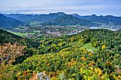 Herbstlich verfärbter Wald mit Tegernsee und Tegernseer Berge im Hintergrund, Riederstein, Bayerische Alpen, Oberbayern, Bayern, Deutschland