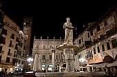 Piazza delle Erbe mit Brunnen, Verona, Veneto, Italien